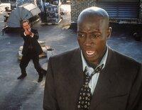 Der Ex-CIA-Agent Mark Sheridan (Wesley Snipes, r.) wird verdächtigt, zwei Morde begangen zu haben. Nach seiner Verhaftung soll er nach New York geflogen werden. Doch die Maschine stürzt ab und Sheridan kann fliehen. Doch der erfahrene Leiter eines Fahndungstrupps des U.S. Marshallbüros, Sam Gerard (Tommy Lee Jones, l.) wird auf ihn angesetzt ...