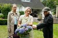 Vicky Adam (Katja Danowski, l.) und Edwin Bremer (Tilo Prückner, r.) befragen Katja Ribenbrok (Isabel Schosnig, M.), die Mutter des verletzten Fußballers.