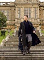 Bruce Wayne (Christian Bale) vor seinem Anwesen.
