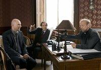 Gerichtspräsident Kästle (Helmfried von Lüttichau, Mitte) und Domvikar Grossmann (Karl Kranzkowski, re.) bringen Friedrich Gross (Götz Schubert) dazu, wieder in die katholische Kirche einzutreten.