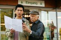 Edwin (Tilo Prückner, r.), und Hui (Aaron Le, l.) orientieren sich mit dem Lageplan des Zoos.