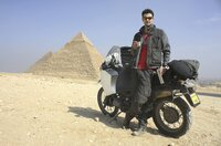 Daniel Rintz mit seinem Motorrad vor den Pyramiden von Gizeh in Ägypten.