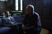 Der Preis, den Father Ezra (Bob Gunton, r.) für die Verlängerung des Lebens von Ben (Paul Walker, l.) verlangt, ist nicht das, was der zum Tode Verurteilte bereit ist zu zahlen ...