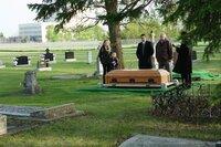 Für seine Frau Lisa (Piper Perabo, l.) und seine Tochter Katie (Brooklynn Proulx, 2.v.l.) ist der zum Tode verurteilte Ben tot. Doch Ben lebt! Ihm schwant, dass man ihm ein neues Leben geschenkt hat, allerdings unter der Voraussetzung, dass er seine Frau und Tochter vergisst ...
