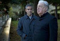 Durch die Gespräche mit dem Dorfpfarrer Benedetto (Paolo Bonacelli) wirft Jack (George Clooney) einen anderen Blick auf sein bisheriges Leben.