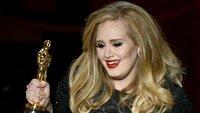"""Eine Reise durch die James-Bond-Musikgeschichte. (Foto: Sängerin Adele mit ihrem Oscar für den Song zu """"Skyfall"""", 2013)"""