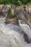 Nahe des Nahanni National Park Reserve passiert der Nahanni River den Wasserfall Virginia Falls.