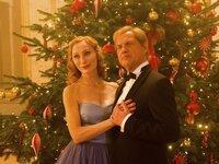 Hausfrau Gundula (Andrea Sawatzki, l.) träumt von einem luxuriösen Weihnachtsfest mit ihrem Atemtherapeuten, Herrn Mussorkski (Uwe Ochsenknecht, r.). Sie ist verliebt.