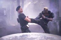 Nach einem letzten Duell werden der Cop John Spartan (Sylvester Stallone, l.) und sein Widersacher Simon Phoenix (Wesley Snipes, r.) eingefroren. Erst 36 Jahre später wird der Kampf fortgesetzt ...