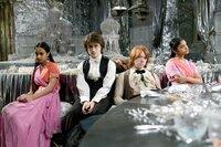 Der Weihnachtsball wird zu einem Desaster, da sowohl Ron (Rupert Grint, 2.v.r.) als auch Harry (Daniel Radcliffe, 2.v.l.) auf die Patil-Schwestern (Afshan Azad, l., Shefali Chowdhury, r.) zurückgreifen müssen ...