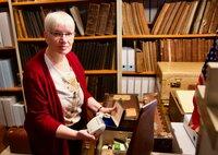 Ein zeithistorischer Schatz, verborgen in alten Überseekisten: Heimathistorikerin Dr. Sabine Thurnburg entdeckt Dias, Fotoalben, Filmrollen und einen antiken Elektrorasierer, der Geschichte geschrieben hat.