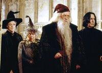 Ihre Schule ist im Visier ganz böser Kräfte: (v.l.n.r.) Professor Minerva McGonagall (Maggie Smith), Professor Sprout (Miriam Margoyles), Schulleiter Albus Dumbledore (Richard Harris) und Professor Severus Snape (Alan Rickman) ...