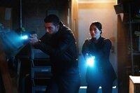 Special Agent Omar Adom 'OA' Zidan (Zeeko Zaki, l.); Emily Ryder (Catherine Haena Kim, r.)