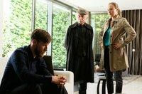 Marco (Nikolaus Benda, l.) wird von Edwin Bremer (Tilo Prückner, M.) und Vicky Adam (Katja Danowski, r.) verhört.