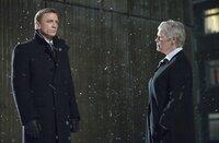 James Bond (Daniel Craig) und M (Judi Dench)