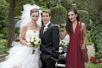 Eigentlich wollte Sophie (Alissa Jung, r.) David (David Rott, M.) heiraten, doch dann steht Sina (Alissa Jung; l.) mit ihm vor dem Traualtar. Weiß David von dem Rollentausch?