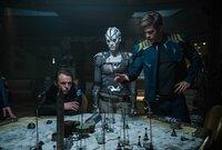 Weiß Jaylah (Sofia Boutella, M.) mehr über ihren neuen Feind und dessen Absichten, als Scotty (Simon Pegg, l.) und Captain Kirk (Chris Pine, r.) je geahnt hätten?