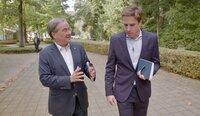 NRW-Ministerpräsident Armin Laschet (l) im Gespräch mit dem Journalisten Markus Feldenkirchen am Dreiländereck im Oktober 2020. Armin Laschet wurde in der Nähe in Aachen geboren.