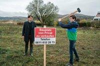 Grundstück zu verkaufen: Bernd (Oliver Mommsen) und sein Sohn Johannes (Anton von Lucke, re.) hoffen auf ein gutes Geschäft.