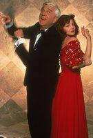 Während seiner Ermittlungen trifft Lt. Drebin (Leslie Nielsen, l.) die schöne Jane (Priscilla Presley, r.) wieder, mit der er zwei Jahre zuvor eine leidenschaftliche Affäre hatte. Die alte Liebe glimmt noch immer ...