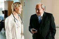 Im Gespräch mit Dr. Kobler (Svenja Niekerken, l.) blüht Plocher (Michael Prelle, r.) auf.