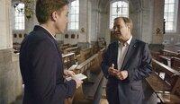 NRW-Ministerpräsident Armin Laschet (r) zeigt dem Journalisten Markus Feldenkirchen die Kirche St. Michael in Burtscheid, wo er früher Messdiener war.