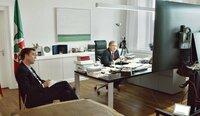Journalist Markus Feldenkirchen (l) hat NRW-Ministerpräsident Armin Laschet in den vergangenen Wochen im September und Oktober 2020 begleitet. Hier in einer Videokonferenz zur Corona-Lage in der Staatskanzlei Düsseldorf am 12.10.2020.