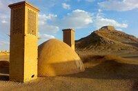 Alte Beerdigungsstätten: die Türme des Schweigens in Yazd.