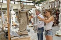 Anhand alter Fotografien arbeiten die Bildhauer Frank und Ada Rösler an den Rekonstruktionen der Schlossfiguren.