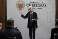 Amanda Clark (Julia Duffy), die Hotelmanagerin, stellt die Ausstellung vor, die sich mit der Geschichte des Weihnachtsschmuckes The Plaza Hotels beschäftigen soll.