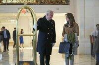 Jessica Cooper (Elizabeth Henstridge) wird im Hotel The Plaza herzlichst empfangen.