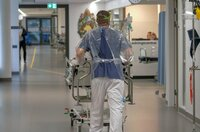 Helden in der Krise: Trotz Vorsichtsmaßnahmen und Schutzkleidung setzt sich Krankenhauspersonal täglich einem hohen Risiko aus, um Corona-Patienten zu behandeln.