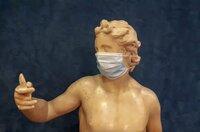 Statue mit Maske im Pariser Parlament: Auch vor Kunst macht Corona nicht Halt.