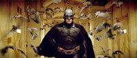 """Als kleiner Junge wurde Bruce Wayne (Christian Bale) in einem Brunnenschacht von Fledermäusen angefallen. Seitdem hat er eine unheilbare Angst vor ihnen. Da lernt er in der Kampfschule, sich dieser Angst zu stellen und sie zu bekämpfen. Deshalb beschließt er, fortan als """"Fledermaus"""" die Guten zu beschützen und die Bösen zu jagen ..."""