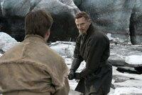 Unermüdlich schult Henri Ducard (Liam Neeson, r.) Bruce (Christian Bale, l.) in den verschiedenen Kampftechniken, die ihm dabei helfen sollen, einerseits seine Rachegelüste in die Tat umzusetzen, andererseits sich seinen verhassten Ängsten zu stellen ...