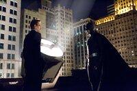 Der Cop Jim Gordon (Gary Oldman, l.) will mit Batman (Christian Bale, r.) kooperieren, doch kann die Fledermaus ihm vertrauen?