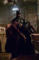 """In letzter Minute kann Batman (Christian Bale, r.) Rachel (Katie Holmes, l.) aus der Hand des hemmungslosen """"Scarecrow"""" befreien ..."""