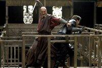 Noch ahnt Bruce (Christian Bale, r.) nicht, dass sein Mentor Ra's al Ghul (Ken Watanabe, l.) nicht derjenige ist, für den er sich ausgibt ...