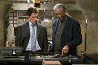Als die Gangsterbande alle Wasserleitungen in der gesamten Stadt zu sprengen versucht, müssen Bruce Wayne (Christian Bale, l.) und Lucius Fox (Morgan Freeman, r.) zu einem lebensgefährlichen Wettlauf mit der Zeit antreten ...