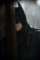 Zu Beginn seiner Karriere als Batman (Christian Bale) muss Bruce noch etliche Niederlagen und Widrigkeiten hinnehmen ...