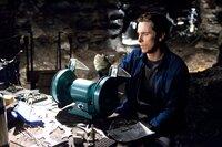 Zurück im sündigen Gotham City beginnt Bruce (Christian Bale), sein Alter Ego in Form einer schwarzen Fledermaus zu erschaffen. Waren Fledermäuse einst der Grund für sein Kindheitstrauma, sollen von nun an die Bösewichte durch den überdimensionierten Flattermann traumatisiert werden ...