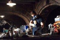 Seine Waffen sind sein Verstand, einige kleine imposante Hightech-Waffen und das frisch kreierte Fledermauskostüm: Bruce Wayne (Christian Bale) ...