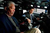 Als die Gangster Halluzinogene in die Hauptwasserversorgung einleiten und damit eine Massenpanik auslösen, müssen Bruce Wayne (Christian Bale, r.) und Lucius Fox (Morgan Freeman, l.) ganz schnell handeln. Ein gnadenloser Wettlauf mit der Zeit beginnt ...