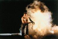 Der Actionfilm aus dem Jahr 1988 ist der erste von insgesamt fünf Filmen der Reihe. In den Hauptrollen sind Alan Rickman ('Harry Potter') und Bruce Willis ('Split', 'The Expendables') zu sehen. Willis feierte mit dem Film seinen Durchbruch in Hollywood und verkörpert den charakterstarken Polizisten McClane auch in den Fortsetzungen.