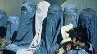 Afghanische Frauen und Kinder warten vor einer Klinik, Afghanistan 2003.