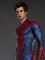 """Während der Nachforschungen über den Verbleib seiner Eltern wird der Schüler Peter Parker (Andrew Garfield) von einer Spinne gebissen. Seitdem verfügt er über außergewöhnliche Fähigkeiten, die er als """"Spiderman"""" verkleidet der Jagd nach Verbrechern widmet ..."""