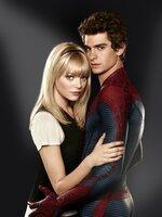 Eigentlich ist Peter Parker (Andrew Garfield, r.) ein ganz normaler Junge mit ganz normalen Problemen und einer hübschen Freundin, Gwen (Emma Stone, l.). Doch all das ändert sich, als ihn in einem Labor eine kleine Spinne anfällt und in den Nacken beißt ...