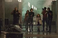 Das Entkommen ist sehr schwierig, denn der Bunker-Komplex von Umbrella besteht aus zombieverseuchten Großstadtsimulationen, die es zu durchqueren gilt: (v.l.n.r.) Luther West (Boris Kodjoe), Rain (Michelle Rodriguez), Alice (Milla Jovovich), Becky (Aryana Engineer), Barry (Kevin Durand ) und Leon (Johann Urb) ...
