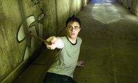 Harrys (Daniel Radcliffe) Albträume scheinen unheimliche Ereignisse anzukündigen. Doch das Schlimme ist: Professor Dumbledore, dessen Beistand er am nötigsten braucht, verhält sich plötzlich seltsam abweisend - was den jungen Zauberer nur noch mehr verwirrt und verletzt ...