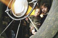 Als Violets, Klaus' (Liam Aiken, l.) und Sunnys (Kara/Shelby Hoffman, .) Eltern bei einem Brand ums Leben kommen, müssen sie Kinder zu Onkel Olaf, der nicht an ihrem Wohlergehen interessiert ist, sondern nur an ihrem Vermögen ...